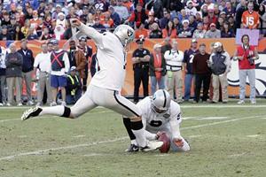 Le Holder des Raiders pose minutieusement le cuir