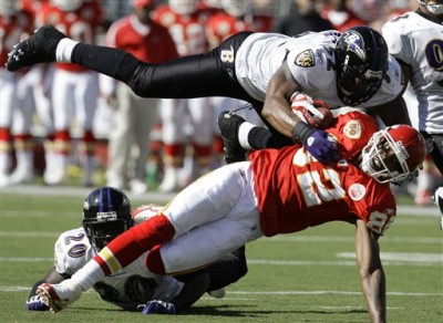 Le LB Ray Lewis en action sur un WR Chief