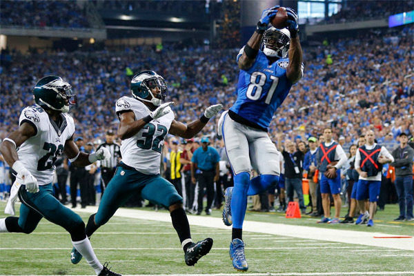 Megatron capte un TD de 25 yards. Il en marquera 3 dans ce Thanksgiving game.
