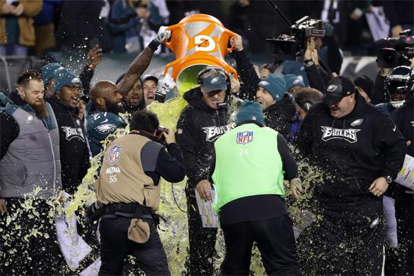 Doug Pederson reçoit la douche du vainqueur. Ses Eagles vont au Super Bowl !
