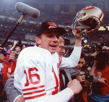 Joe Montana célèbre la victoire des 49ers au Super Bowl XXIV.