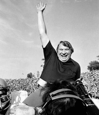 John Madden offre aux Raiders leur premier Super Bowl (XI), le seul de sa carrière.