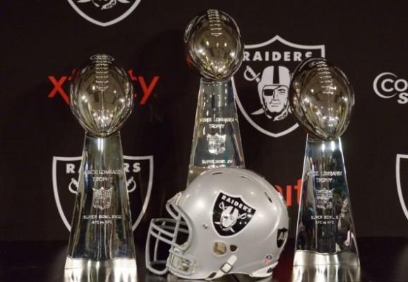 Les trois trophées Lombardi des Oakland Raiders.