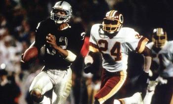 Marcus Allen s'envole pour une course folle de TD et 74 de ses 191 yards au Super Bowl XVIII.