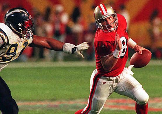 Steve Young échappe à Leslie O'Neal lors du Super Bowl XXIX au cours duquel il marque six TD.