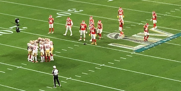 Les 49ers en huddle au Super Bowl LIV